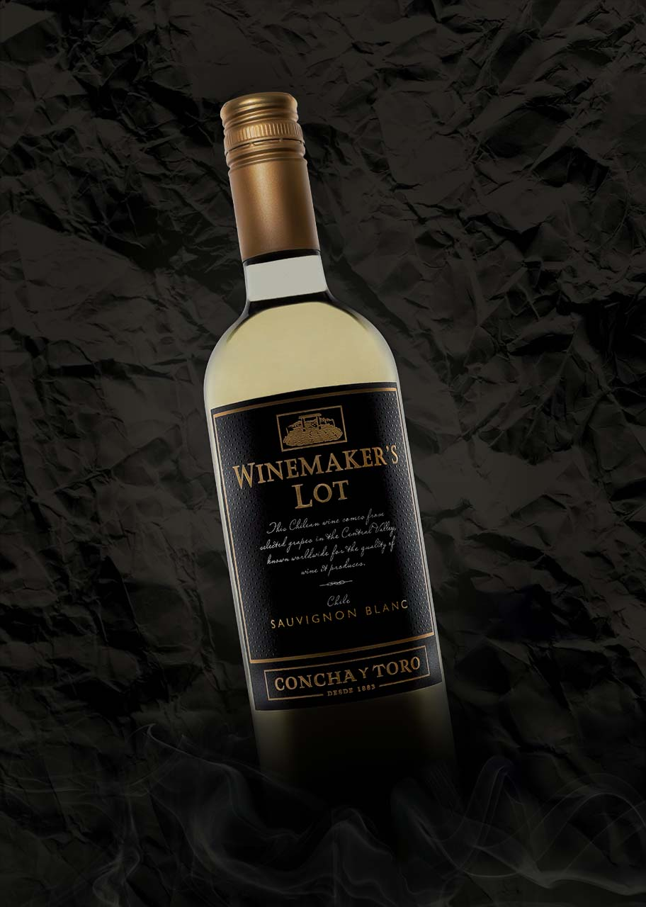 professionele productfotografie zakelijke fotografie wijnfles sauvignon blanc goudkleurige tekst rook papieren achtergrond high end